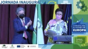 Teresa Fajardo del Castillo recogiendo el XV Premio Andaluz de Investigación sobre Integración Europea